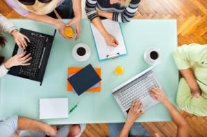 Schüler lernen mit Laptopn und Block